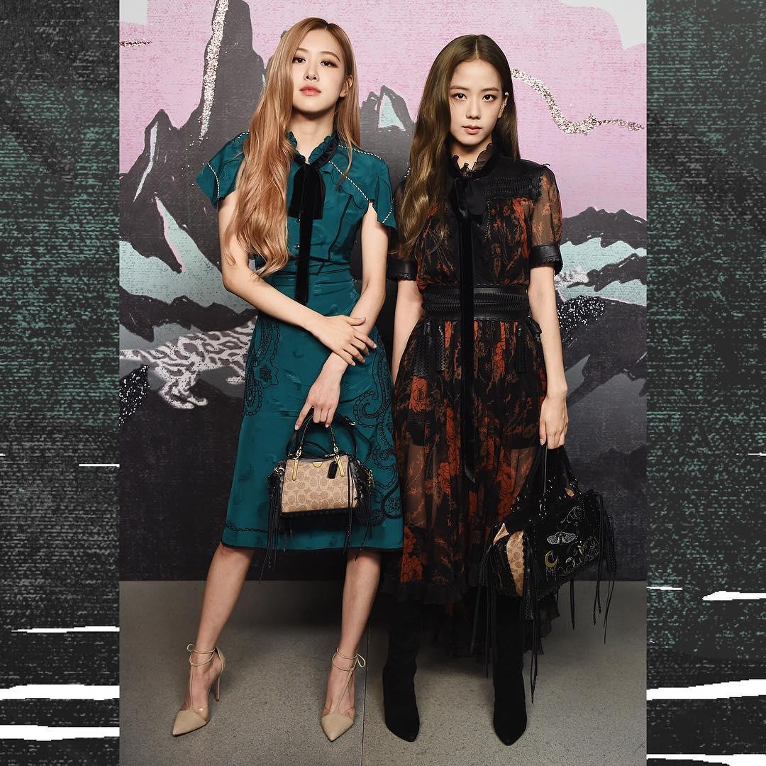 在各自拍完照後,當天Jisoo與Rose也同框美國小天后賽琳娜戈梅茲(Selena Gomez),歐美與亞洲的人氣歌手同框的畫面是否有點太美!
