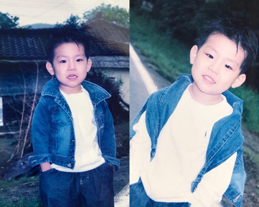最先被公開的兩張照片中,小男孩穿著帥氣的牛仔夾克,還非常有明星架式地手插口袋,小小年紀就這麼有SENSE阿ㅋㅋㅋ