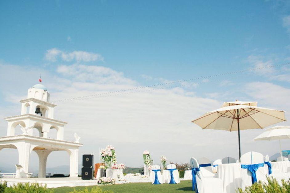 2. 春川 聖托里尼 這裡現在成為春川的觀光勝地!這裡將希臘聖多里尼的蔚藍天空跟白色的建築一起搬到了春川來。這裡更適合讓戀人度過特別的日子,咖啡廳是標準配備,還有餐廳、別墅、室外結婚場地等,讓戀人們可以在這留下美好的回憶。(單身的小編表示:...)