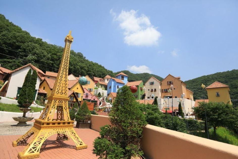 4.小法國 這裡是韓國唯一的法國主題公園,已經有許多電視劇在此取景過而因此得名,這裡的風景能讓人聯想到美麗的法國之外,能讓孩子們做夢、讓成人們回歸童心。不只有各種的公演,還有各式的文化體驗活動,也能學習跟法國相關的知識。