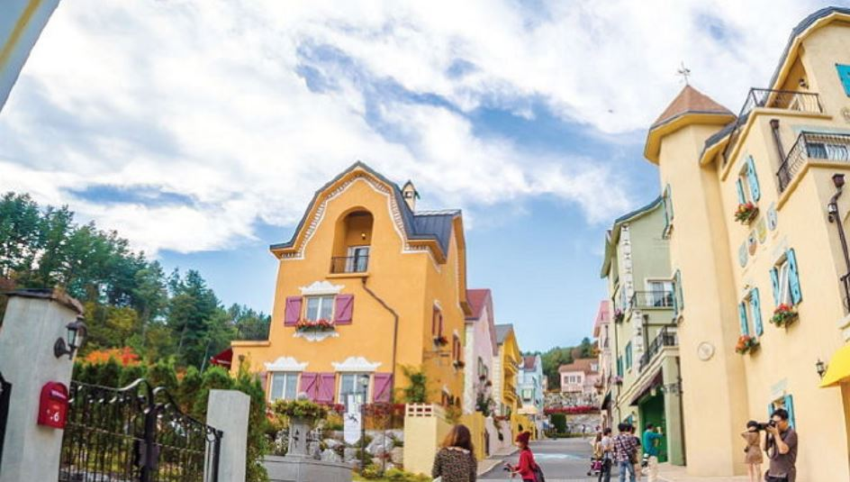 5. 加平 瑞士主題公園 像是訪問了瑞士的小村莊一樣的感覺,這裡是能夠留下美麗照片的熱門勝地。每個建築都不盡相同,牆上佈滿各式不同的塗鴉,如此構成的街景全部都像畫冊中收藏的繪畫一般。還有其他地方不容易見到的咖啡博物館、起士博物館、巧克力博物館等。