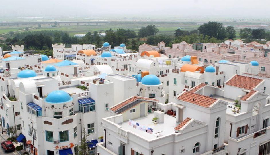6. 牙山 地中海村 純白色的牆面跟天藍色各式各樣的屋頂組合,牙山地中村塑造成讓人聯想到希臘。跟其他海外背景不同的是,這裡是實際上居民們居住的地方,讓人更容易沉醉在這裡。若是走在建築之間的小巷,讓人更能感受這裡的樂趣,有時候也能觀賞在此居住的藝術家們的公演跟活動。