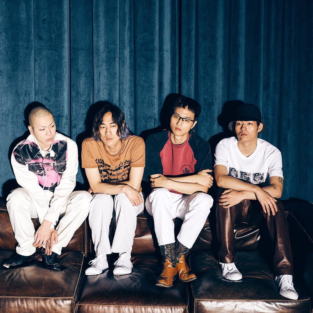 像是被韓國稱為「國民樂隊」HYUKOH的主唱兼吉他手吳赫,最近就在韓國的節目上被揭露這段厲害的過去,節目中也提到,當時還是國中生的吳赫向父母表達自己想做音樂的夢想之後受到極大的反對,並對他說「如果想做音樂就先拿出成果!」,而吳赫思考要如何拿出成果之後的結果,就是決定透過大公司的徵選來證明自己的實力。