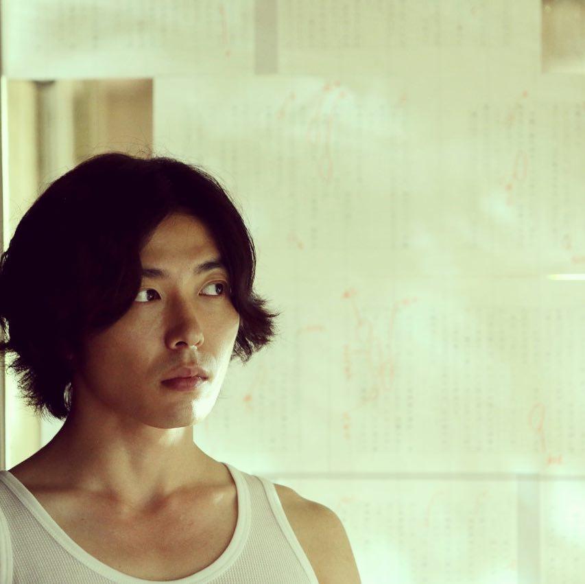 金材昱最近和日本知名女演員中山美穗主演的《沉睡蝴蝶》,飾演年輕韓國留學生,與一位患有阿茲海默症的女作家在她人生最後的日子發展出一段浪漫又糾結的姊弟戀。電影中展現超流利日語能力,其實金材昱在日本和家人一起生活了7年,直到8歲才回到韓國。