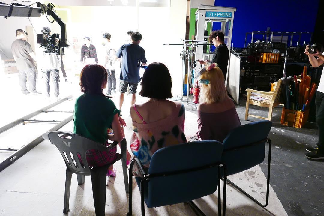 在公開預告前一天,Tiffany也上傳了三個人在拍攝現場的照片,並說「Guess who」讓大家猜看看這三位背影是誰什麼的。