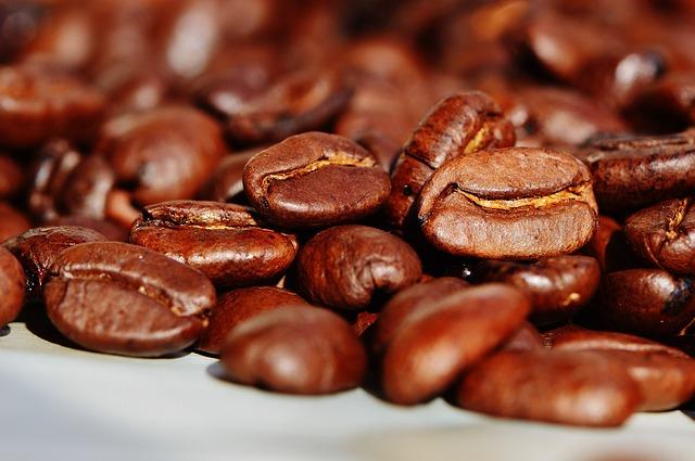 咖啡因是像咖啡或茶的某些植物果實、葉子、種子等所含有的物質,作用在中樞神經系統而有暫時提神和減少疲憊感的效果。但是一次攝取過多咖啡因的話,尤其是兒童、青少年,則易有暈眩、心悸、睡眠障礙、神經敏感,甚至是過度飲用障礙等症狀。
