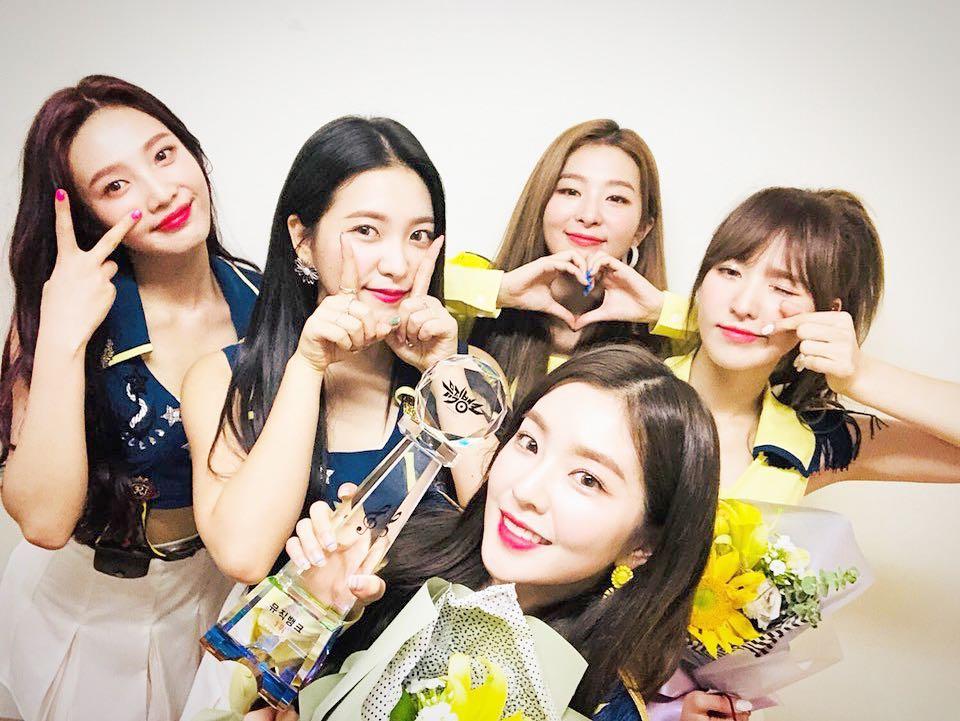 不過最近在韓國網路上出現的「撞臉」偶像不是別人,正是Red Velvet的成員們阿!到底是怎麼回事呢?5人5色的Red Velvet居然撞臉啦~ 粉絲們猜得到是哪兩位成員嗎?
