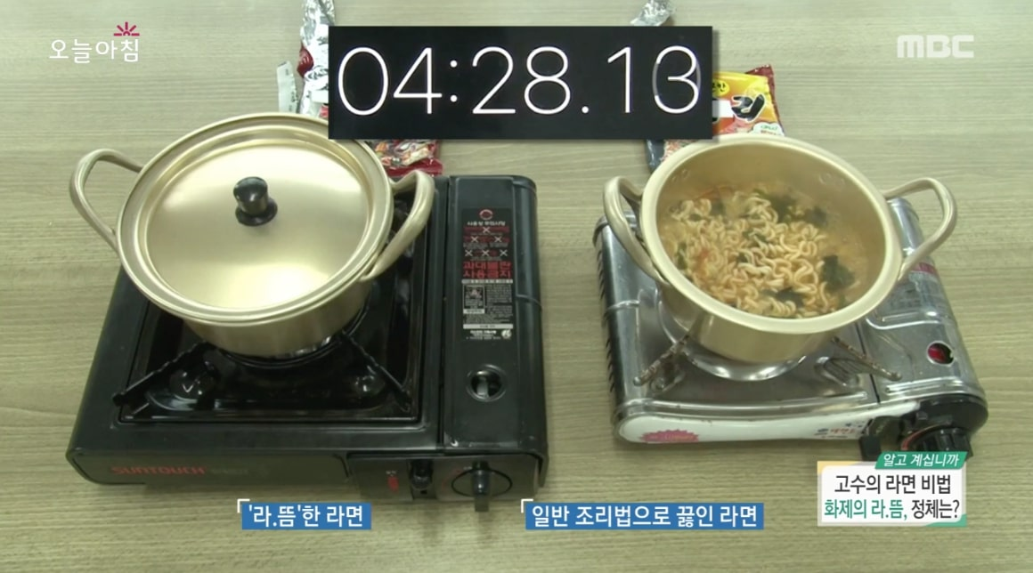 為了進行實驗,分別準備了兩鍋泡麵。左邊那過是有蓋上鍋蓋悶1分鐘的泡麵,右邊那鍋則是沒有蓋上鍋蓋的。究竟麵條有什麼差別呢?