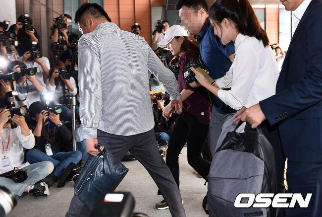 首爾江南警察廳於18日下午以施暴嫌疑人的身份傳喚了具荷拉並進行了約五個小時的調查,調查結束後具荷拉面對大批媒體的提問不發一語,便默默地搭上車離去。