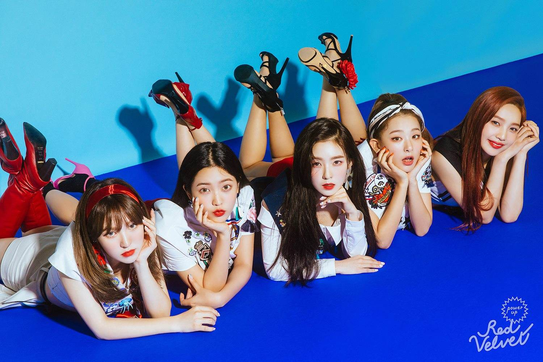 SM家族甜美女團Red Velvet也要來台灣開演唱會啦!將於9月22日 (六)19:00 和23日(日) 15:00在台大體育館舉辦兩場演唱會,首次來台灣辦專場演唱會,各位ReVeluv一定要讓她們留下感動的回憶呀!快去練習《Power Up》、《Bad Boy》等應援歌曲拉~