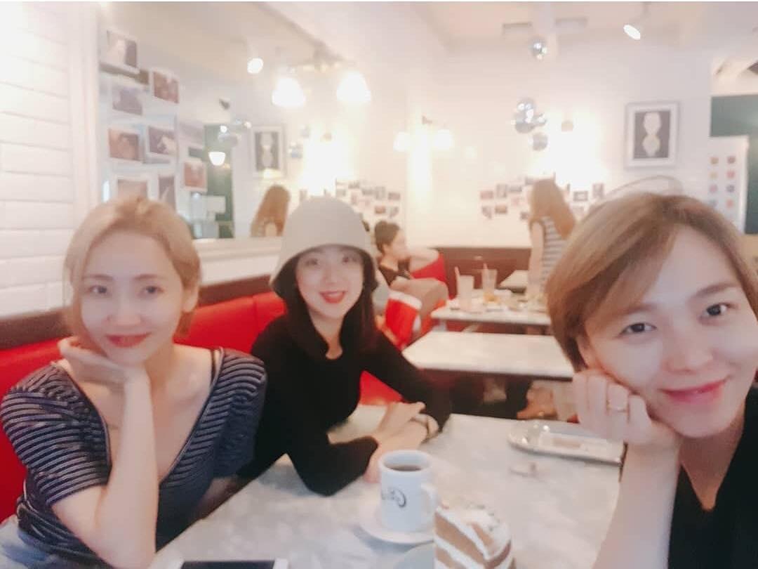 先藝之前也上傳了她和Wonder Girls成員譽恩及惠林一起見面的合照,看到他們的照片也讓人想起以前的Wonder Girls...