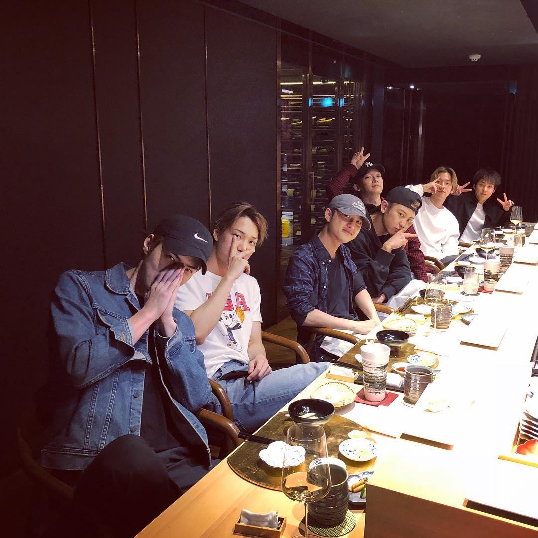 21日是成員CHEN的生日,忙內世勳上傳了成員們一起聚餐慶祝CHEN生日的照片,除了正在出演音樂劇的隊長SUHO,和日前SM娛樂宣布將在10月以正規專輯《NAMANANA》在美國出道的LAY外,其他成員們都一起慶祝了CHEN的生日。