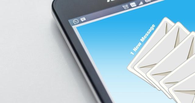 放送通信委員會在20日公開了「2018年上半年度垃圾訊息流通現況分析報告」的內容。報告顯示,今年上半年度手機垃圾簡訊與垃圾語音訊息各有632萬件、784萬件,相較去年下半年各增加了94萬件(17.4%)與8萬件(1%)。近來強化了對語音廣告傳送業者的處罰,因此相較之下,垃圾簡訊增加較多。