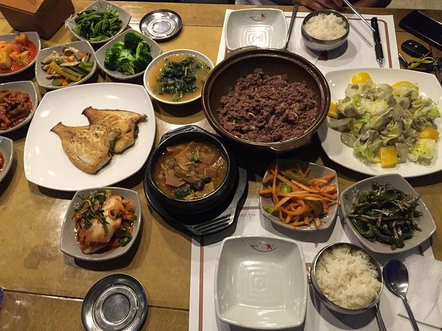 韓國文化財團理事長認為,一個國家最重要要關注的部分就是飲食文化,所以這次在文化探索上對南北韓中秋祭祀進行比較。而除了南北供桌內容研究之外,也提供傳統結婚禮服的體驗活動和豐富多樣的傳統表演。 翻譯自연합뉴스
