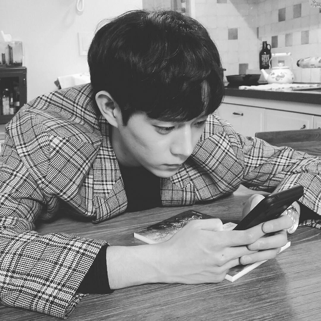 而金勇大的日常照片和個人資訊也在韓網上迅速傳開,金勇大是1996年出生,今年23歲(韓國年齡),身高185CM的新人演員,側臉跟姜棟元非常相似,堅挺的鼻梁跟沒有雙眼皮的眼睛也是兩人看起來很像的原因,這種程度的話,說是姜棟元的兄弟也有人會相信阿!
