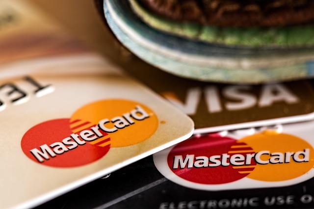 有網友留言表示:「我就是完全不帶現金出門的人。現在沒有不能用信用卡結帳的地方了。」以及「為什麼不喜歡轉帳?又不是之後不付錢。」等對於不帶現金表示可以理解的回覆,還有人認為原PO想法太過落伍了