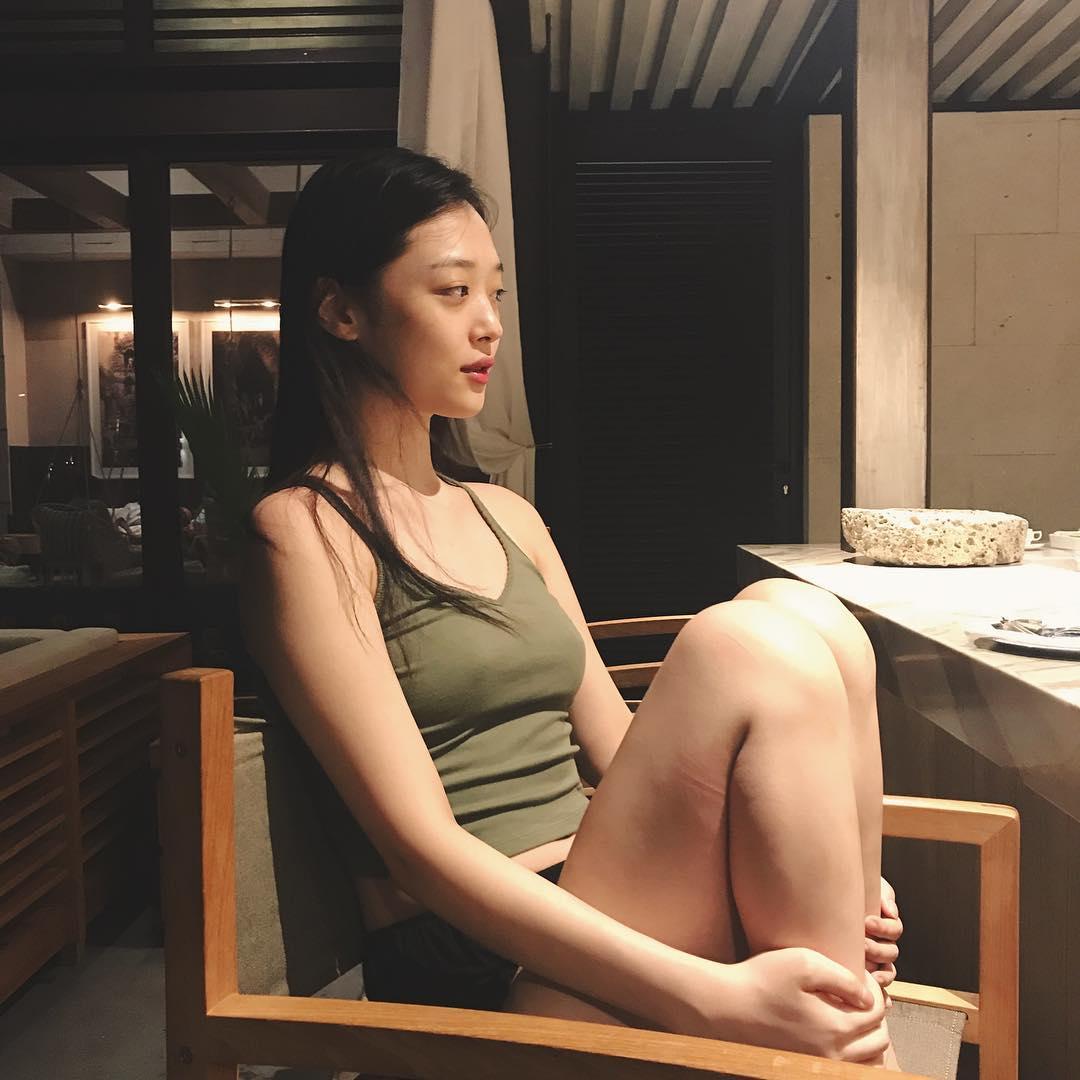 雪莉的某些行為在意識較為保守的韓國裡時常備受矚目和爭議,像是雪莉有時沒有穿內衣拍照而激凸的照片同樣被酸是不檢點的行為。