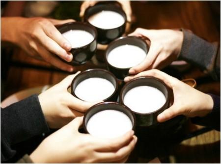 因此白色蓋的米酒會比綠色蓋的米酒貴韓幣200元左右。