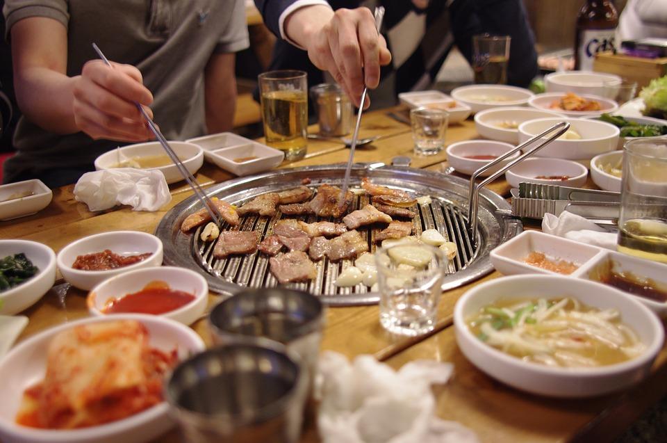 大家都看過韓劇中大學的喝酒聚會或是公司聚餐吧?雖然有時候不想喝酒,但因爲是前輩給的,或者因爲不能放下酒杯而勉強喝酒的人也很多吧。最近大學生們的聚會怎麼樣呢?