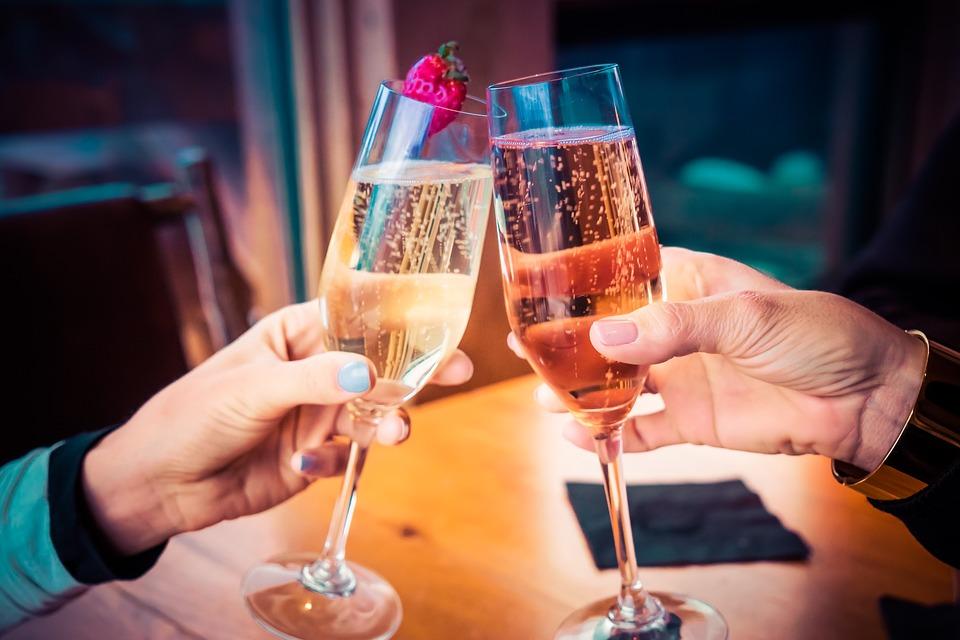 同時,除了強迫喝酒,脅迫強行要求進行「交杯酒」等身體接觸的行爲也屬於刑法第298條的「強制猥褻」。
