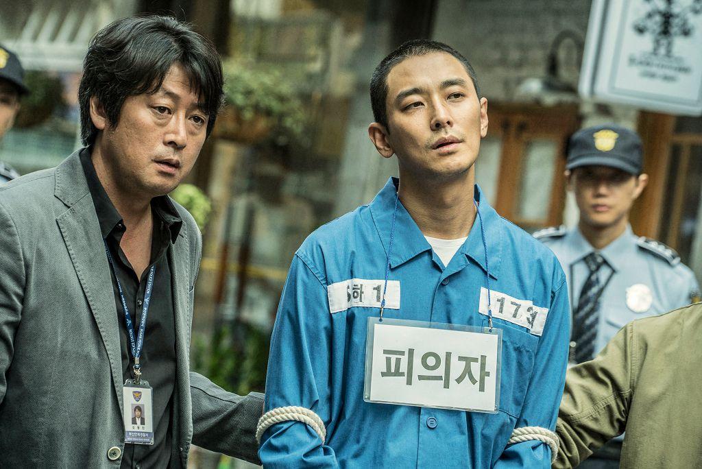 《七罪追緝令》改編自2007年釜山發生的真實殺人案件,原本韓國預計10月3日上映,但最近爆出遭到被害者家屬抗議,向首爾中央地方法院提出禁止上映假處分。