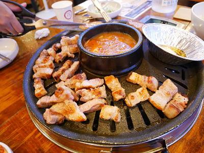 油花均勻的五花肉配上生菜和泡菜就是真理!光是看口水都要流出來了啊~而且身邊吃過的朋友都很推薦喔!