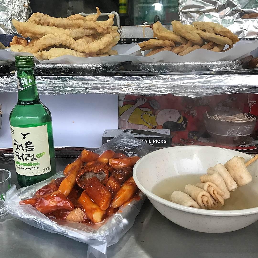 1. 江邊站 在位於距離首爾市中心有點距離的東首爾高速巴士站附近的布帳馬車,來一碗烏龍麵和幾支辣串當下酒菜,就是一天中最幸福的時刻啊! 地點:地鐵2號線 江邊站 1號出口