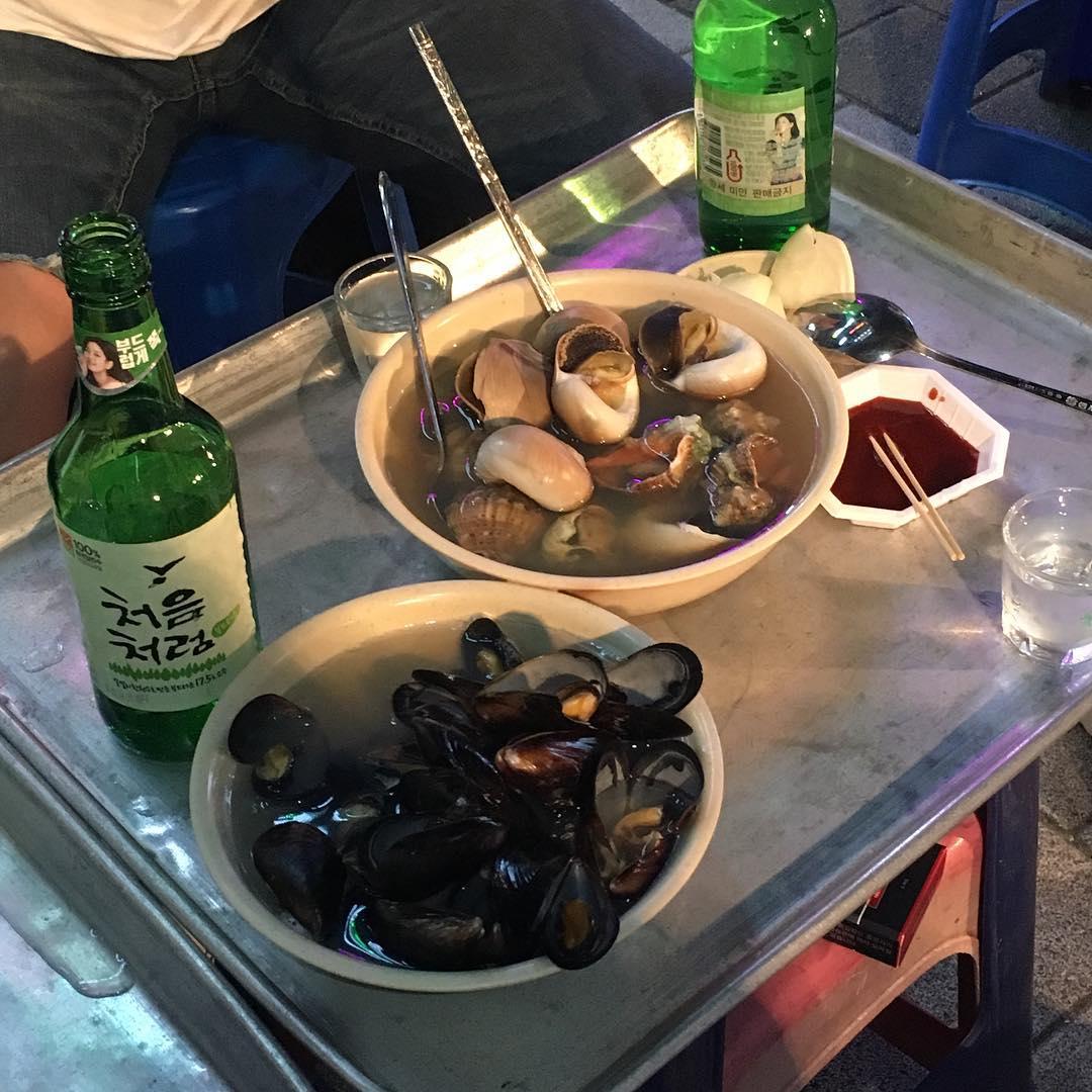 4. 永登浦 提供紅蛤湯吃到飽、超有人情味的布帳馬車在這裡!不同於其他布帳馬車,這裡的位置雖然少又小,但因為人氣很高,韓國人可是不惜排隊也要吃啊!大家最喜歡紅蛤湯,螺、海螺和湯一起配著一瓶燒酒當下酒菜喲! 地點:地鐵1號線 永登浦站 6號出口