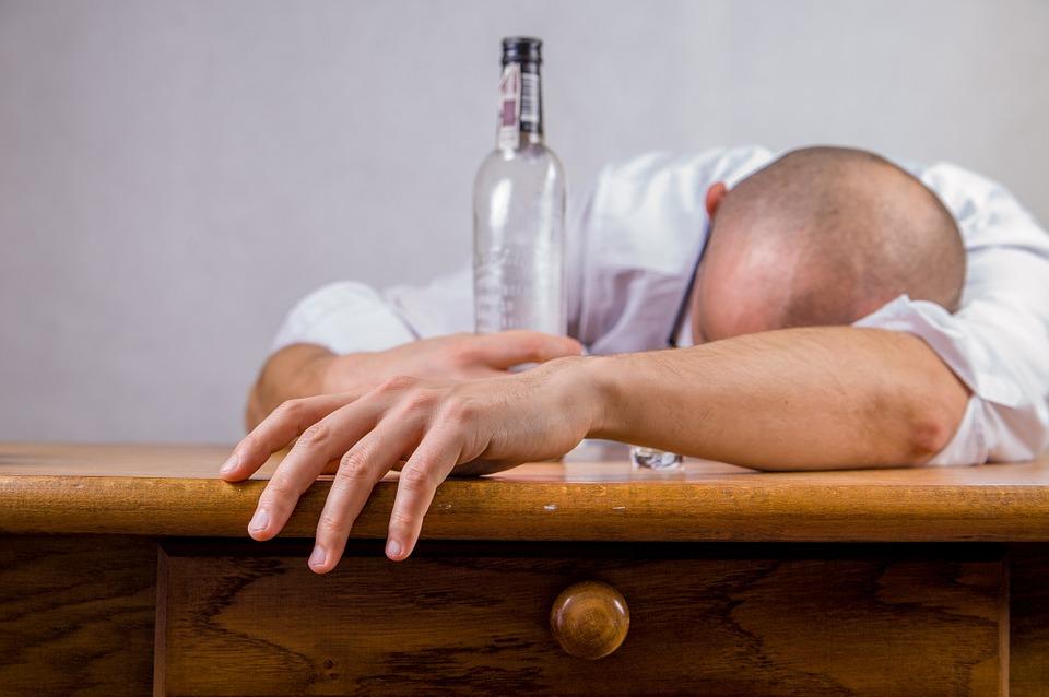 中秋節當日和家人在餐桌上吃飯時,因為喝醉酒,拿鈍器和刀刺殺親生兒子和妻子的50多歲韓男被收押到案。