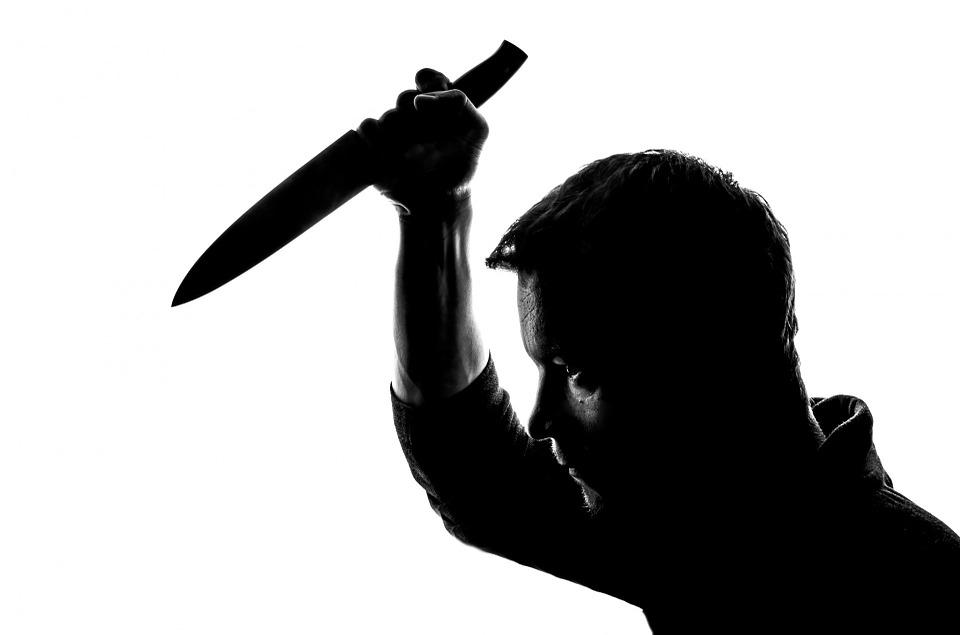 上月24日中秋節約上午12點35分時,A男在富川市遠美區自己住的公寓裡喝醉,後來竟用鈍器重擊兒子B男(31歲)的頭部一下,再用刀狠刺兒子左腹部一下。因此被認為有將兒子傷害致死的嫌疑。
