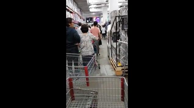 名節時從Costco入口進去開始就很多人,而且因為購物車不夠,所以也會有等購物車的情況,要到另外一層購物的時候也要排隊。