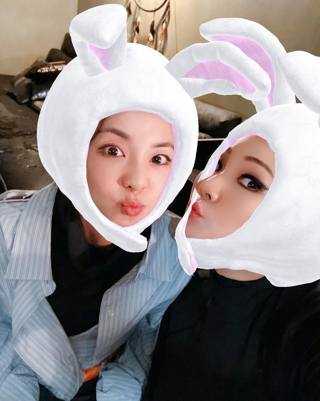 非常有心的Dara還特別在instagram和twitter放上不同的照片分享讓大家看,嘟嘴的模樣和實際年齡的33歲完全無違和,也很難得看到CL裝可愛的模樣,這珍貴程度應該可以拿去表個框了XD