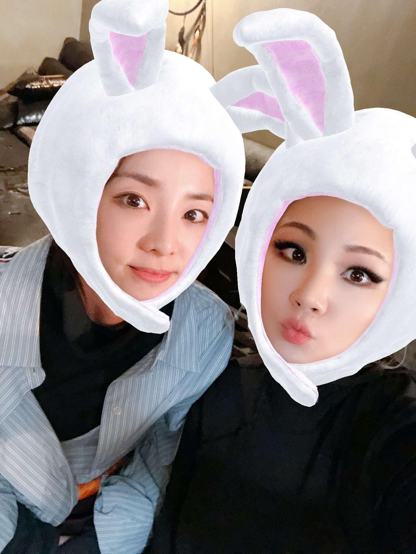 這位和Dara合體的成員就是我們的霸氣隊長CL,兩人玩起可愛app變成小白兔自拍,模樣和以前比較都沒什麼變。