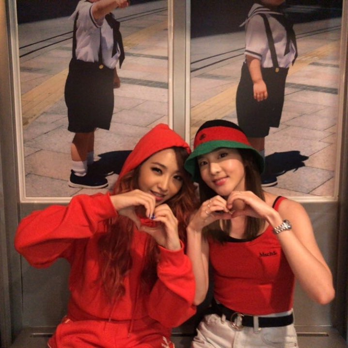 在CL之前,Dara在飛到馬尼拉跑行程的時候也特別合體2NE1的忙內Minzy,還拍下妹妹表演的畫面應援,看到這些畫面也再度讓Black Jack想起當年2NE1在舞台上的模樣「真的好想念姊姊們」、「現在光有合照就很心滿意足了」