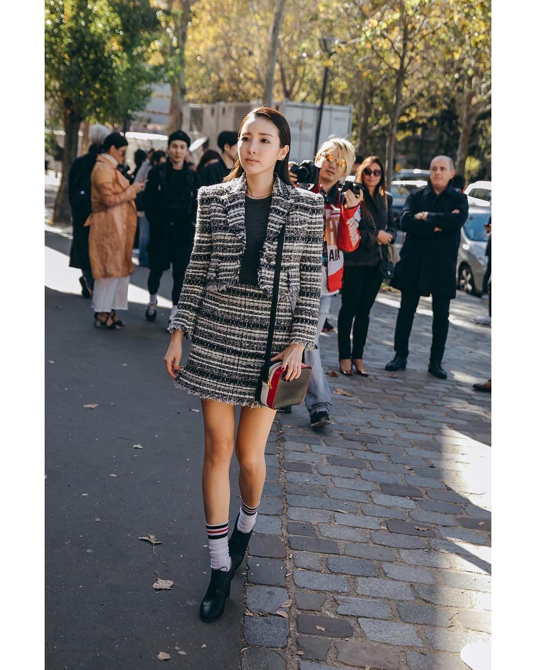 最近在奔波巴黎時裝週的Dara,突然在instagram上傳一張和2NE1成員的合照,創造2NE1在異地合體的珍貴畫面,曝光後馬上引起粉絲關注,哭聲一片!