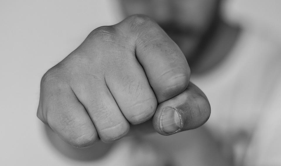 A某等人涉嫌於上月28日凌晨4時50分左右,在京畿道水原市長安區某商業建築中多次毆打警衛B某(79歲)的臉部等使其受傷,需療傷4周。據悉,A某等人都是今年高中剛畢業的年輕人。