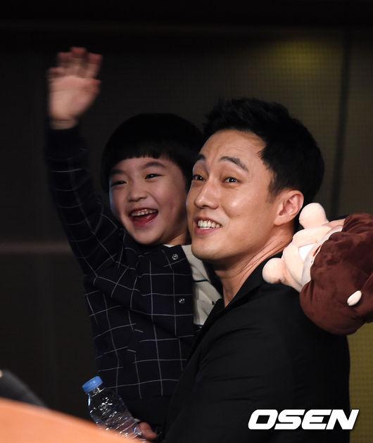 記者會上一見到兩位小童星準備上台,蘇志燮立刻主動走向前照顧,結束時一看到小童星出現臉上馬上冒出爸爸微笑,衝過去抱起來,真的是父愛噴發阿~