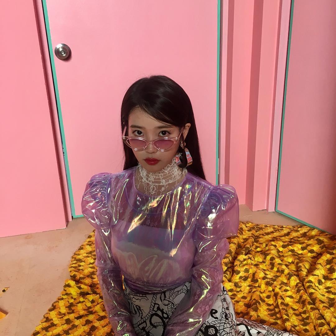 昨晚IU在IG突然公開3張小時候的照片給大家瞧瞧,超吸睛的可愛臉蛋和天生美人基因,馬上引起粉絲洗版留言!