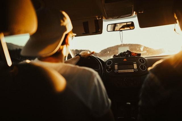 韓國地方大,所以開車比較方便,就像台灣很多人成年後就去考摩托車駕照一樣,韓國人也習慣在大學畢業後就考取汽車駕照,有能力的話就盡快買車代步。