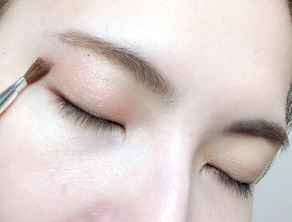 亮色眼影的畫法非常簡單。首先在眼皮上畫淺粉紅當基底,畫上去後可以看到淺淺亮亮的顏色,如果覺得顏色不夠重可以多畫幾層讓顏色更為顯色!除了畫眼皮外,眼頭至下眼瞼的位置也能畫上淺粉色讓眼睛上下都閃亮。