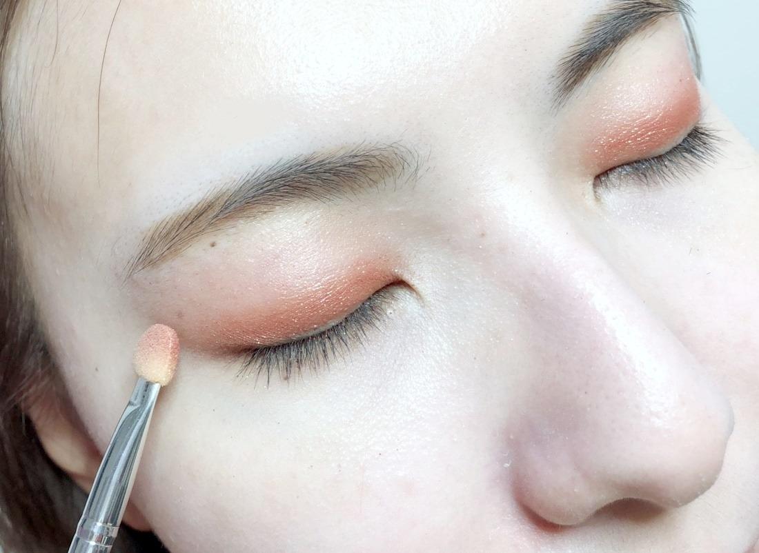 接下來在眼折處畫上咖啡紅的眼影,主要在雙眼皮折處內畫上即可,這樣的畫法最安全也不用考慮到暈染這件事!咖啡紅眼影較為顯色要注意深色眼影都不要一次下手太重,否則畫下去就來不及啦!