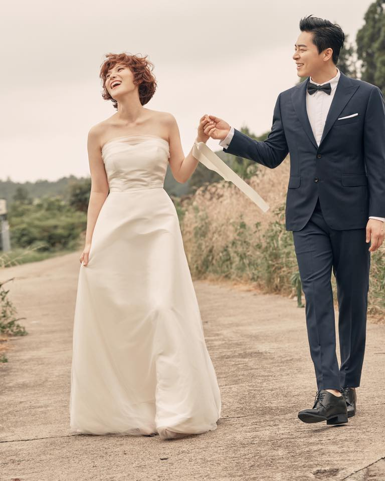 Gummy在稍早也公開了婚紗照,兩人甜蜜的樣子也在照片中嶄露無遺,真的是太恭喜了阿!