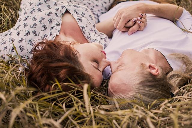 其實朋友自己也覺得很困擾,通常在情侶感情漸漸加深之後,不安感也會增加,所以會更加的依賴對方,但也因此會衍生許多激進的行為,這在心理學稱為愛情依存症。