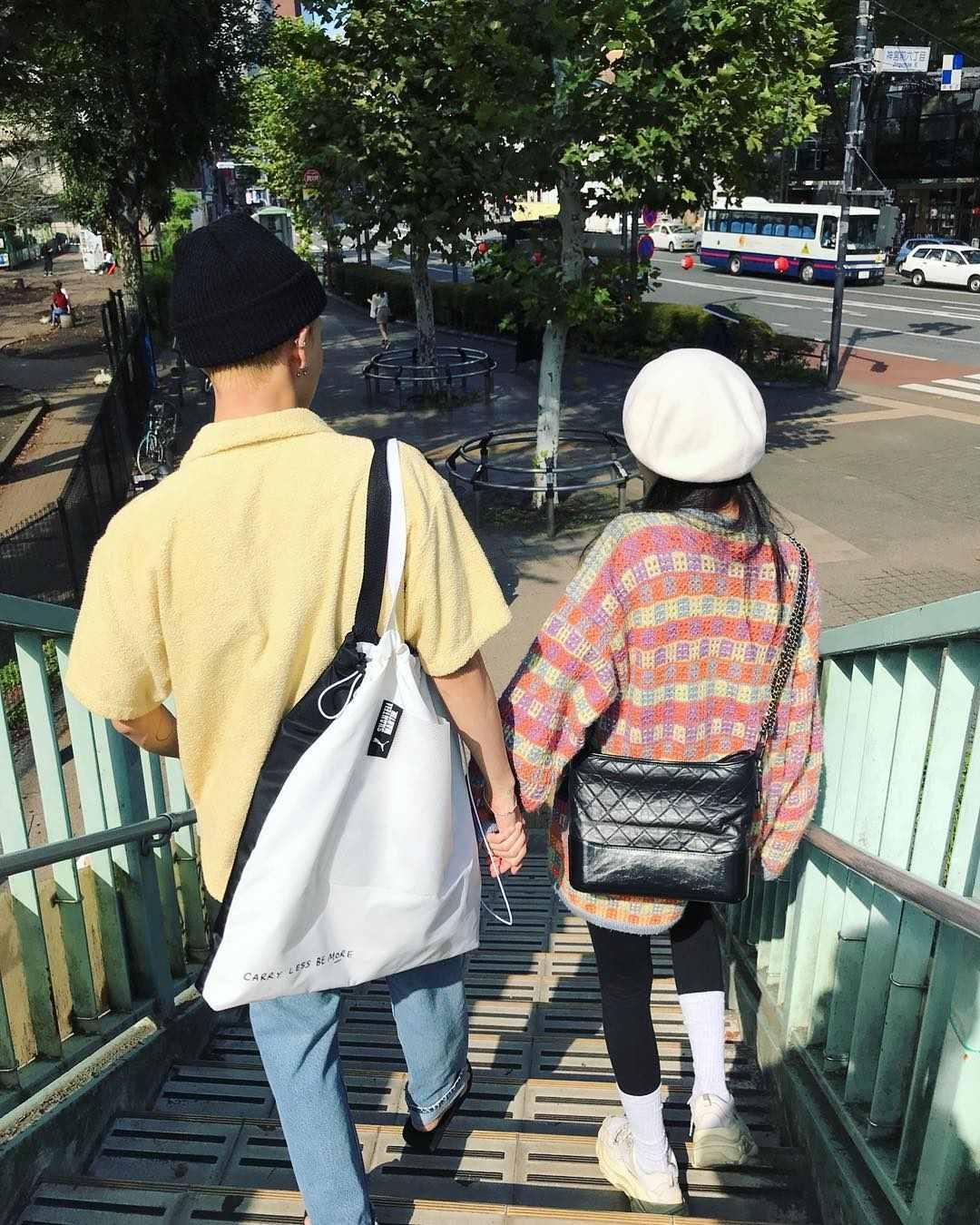 照片中可以看到兩人手牽手親密的走在一起,過著與一般情侶一樣的日常生活。不過卻有PENTAGON的粉絲表示泫雅選在今天PO出兩人的照片似乎是故意的...