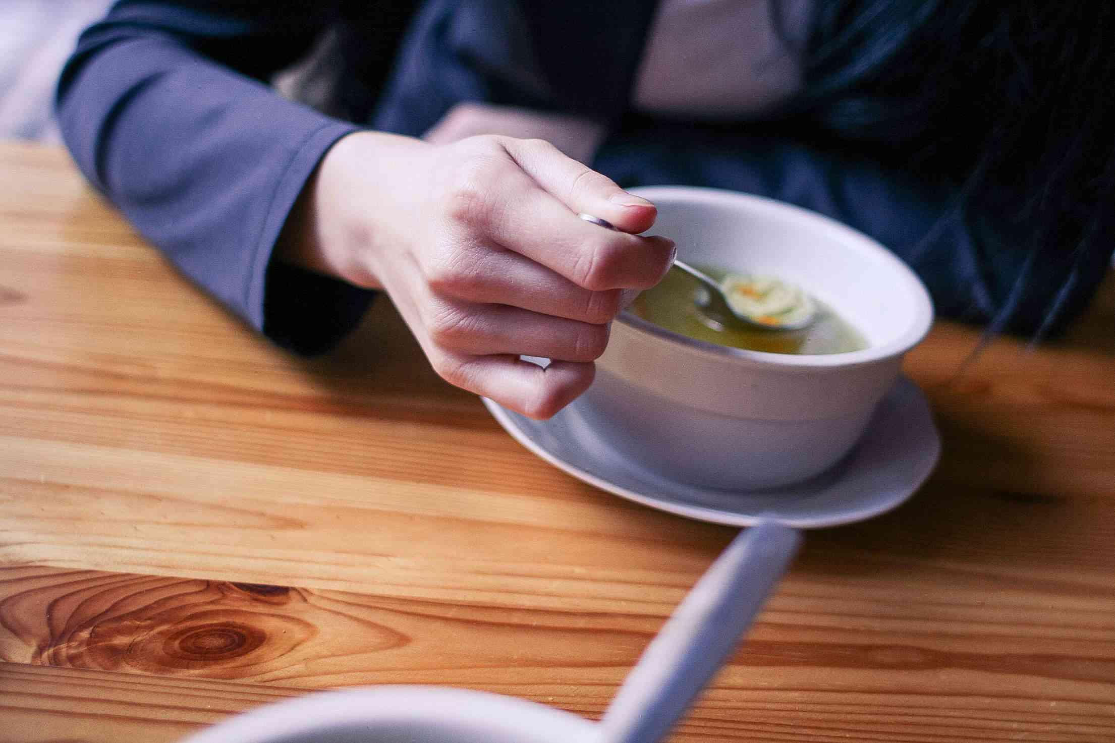 3. 白蘿蔔湯 在喝酒的後一天,喝點白蘿蔔湯的話, 胃部也會沒這麼難受,可以達到醒酒的作用。