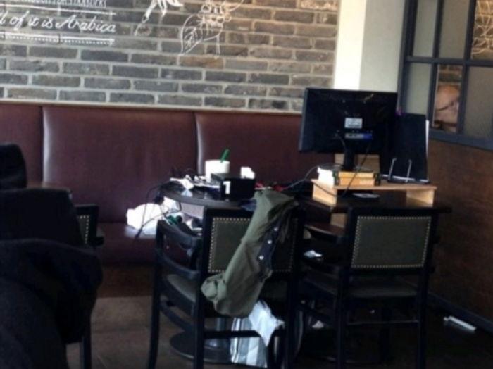 可是最近在韓國的某討論區上面有一個名為「星巴克近況」的po文,文內附上的照片可以看到一個私人書桌,電腦螢幕旁還放滿了機器、書、文具等東西,不禁讓人懷念這裡到底是網咖還是咖啡廳?!雖然是把2張桌子併成4人座,可是不只是桌子,椅子上也放滿各式各樣的東西,讓其他人也很不想坐旁邊