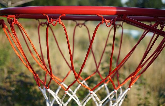 近日(8日)傳出有中學生遭倒塌的籃球架重壓身亡事件,事情發生在韓國慶南道某中學,一位學生A某看見籃球架的籃框彎曲,於是想去調整它,他站上朋友的肩膀,抓著籃框,但籃球架無法承受他的力量,隨著他的拉扯整個往A某身上倒下。A某的頭部遭籃球架重壓,送醫不治。