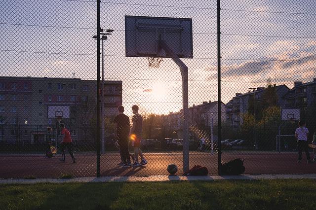 警方調閱附近監視器及學生的陳述,得知這個籃球架因為颱風,曾在6日倒塌過。而8日有學生曾將該籃球架立起,但等A某一行人到達時發現球架又倒下來了,於是再次立起,並試圖調整籃框,而發生不幸意外。