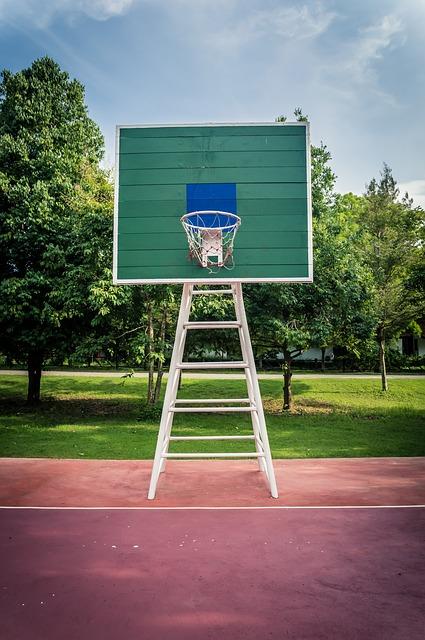 照理來說籃球框並不會一直倒下,後來警方調查發現,籃球架本來下方會有三個30至40公斤的重錘固定以維持平衡站立,但因不明原因重錘掉落以至於籃球架失去重力支撐而變得容易倒塌