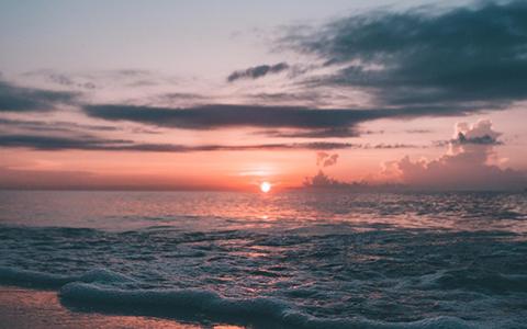 3.海邊-令人醉心的美麗海景 海邊的夕陽,最令人醉心,天色從原本的明亮,漸漸因為西下的太陽,慢慢改變約會的氛圍,有節奏的海浪聲搭配著一望無際的海景,是讓人最放鬆的時刻,此時此刻在身邊的彼此,就成了眼中的唯一,讓對方牢記在心裡。